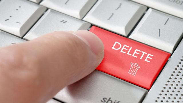 finger pushing keyboard delete button to remove WordPress plugins